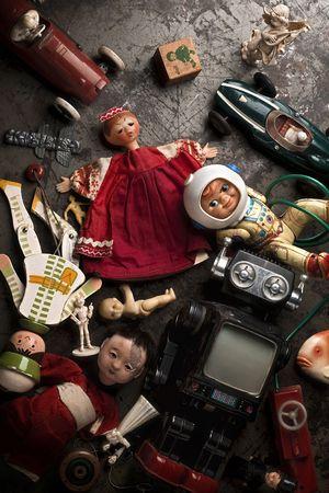 muneca vintage: viejos, juguetes rotos en el piso