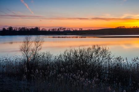 campagne rural: Beau paysage du lac polonais, paysage rural tranquille au printemps