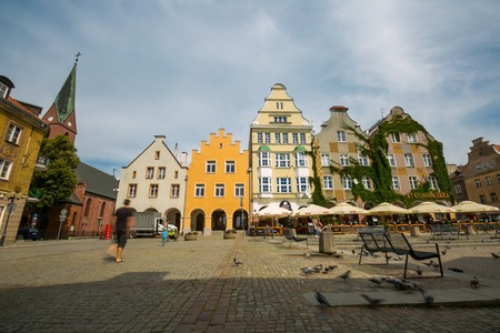 OLSZTYN, Polonia - el 21 de agosto de 2015: Casas antiguas de Olsztyn en el centro del casco antiguo de Olsztyn