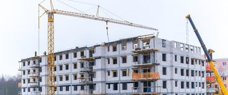Baustelle mit Kran und Gebäude. Baustelle in Westeuropa - in Polen.