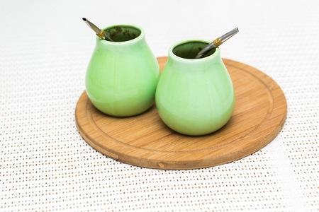 yerba mate: La yerba mate. té sudamericano en un contenedor verde.