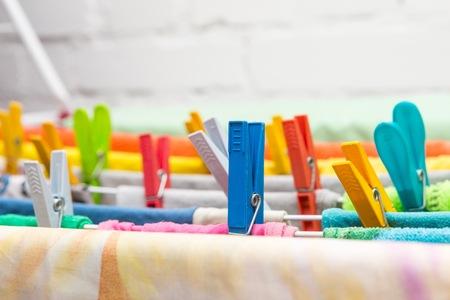 Close-up wasdroger en plastic clips. House kleren drogen apparatuur. Stockfoto