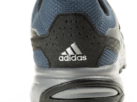 adidas: Istanbul, Turkije - 29 januari 2014 New Adidas outdoor loopschoen Genomen in studio en geïsoleerd op wit - Back View en Logo Redactioneel