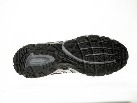 adidas: Istanbul, Turkije - 29 januari 2014 New Adidas outdoor loopschoen Genomen in studio en geïsoleerd op wit - Zool van de schoen Redactioneel