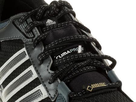 adidas: Istanbul, Turkije - 29 januari 2014 New Adidas outdoor loopschoen Genomen in studio en geïsoleerd op wit - Logo Details Redactioneel