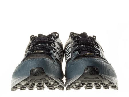 adidas: Istanbul, Turkije - 29 januari 2014 New Adidas outdoor loopschoenen Genomen in studio en geïsoleerd op wit - vooraanzicht