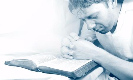 hombre orando: Hombre rezando Foto de archivo