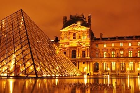 Paris, Frankreich - März 2011: Nacht der Louvre-Museum mit der berühmten Glaspyramide, die wichtigste Sehenswürdigkeit in Paris und eine der meistbesuchten Sehenswürdigkeiten auf der ganzen Welt Editorial