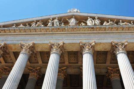 derecho romano: Antiguo edificio con columnas  Foto de archivo