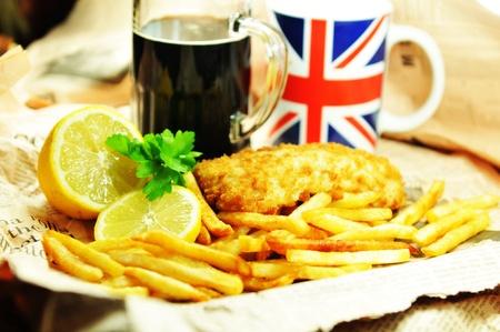 fish and chips: Pescado y patatas fritas Foto de archivo