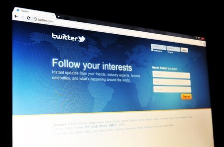 social networking service: Londres, Reino Unido - 15 de enero 2011: Detalle de la p�gina principal de Twitter, el famoso servicio de redes sociales en l�nea y el servicio de microblogging en la pantalla del port�til