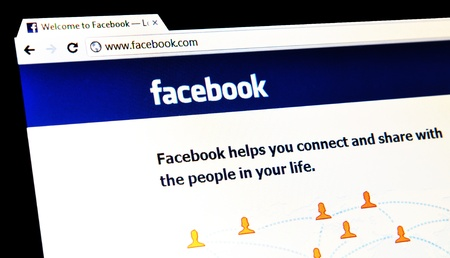 social networking service: Londres, Reino Unido - 15 de enero 2011: Detalle de la p�gina principal de Facebook, un famoso servicio de redes sociales en l�nea en la pantalla del port�til