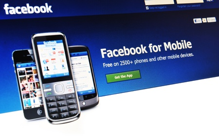 social networking service: Londres, Reino Unido - 15 de enero 2011: Resumen de los detalles para la aplicaci�n m�vil de Facebook, un famoso servicio en l�nea de redes sociales en la pantalla del port�til