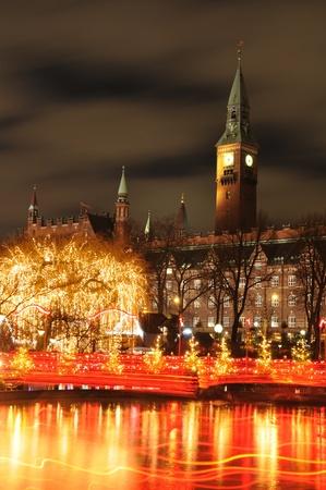 Kopenhagen, Denemarken - 19 dec, 2011: Nacht landschap van het stadhuis in Kopenhagen gezien vanaf de Tivoli Gardens met Kerstmis