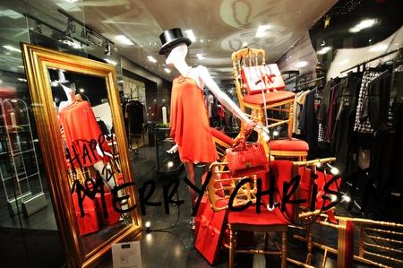 designer bag: Copenhague, Dinamarca - 18 de diciembre 2011: Ventana de Glamorous tienda de moda con maniqu�es y la ropa en exhibici�n en la Navidad Editorial