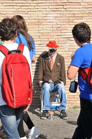 Roma, Italia - 28 de marzo de 2012: artista intérprete o ejecutante invisible al hombre en la calle del distrito de Prati, en Roma