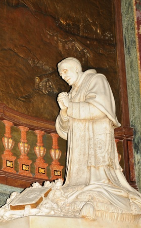 sanctification: Statue of pope praying in Vatican