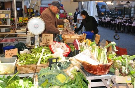 campesinas: Roma, Italia - 28 de marzo de 2012: frutas y verduras frescas para la venta en Campo de Fiori, el famoso mercado al aire libre en el centro de Roma