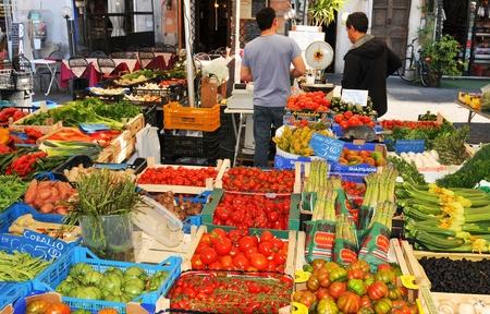 Rome, Italië - 28 maart 2012: Verse groenten en fruit te koop in Campo de Fiori, de beroemde openlucht markt in het centrum van Rome
