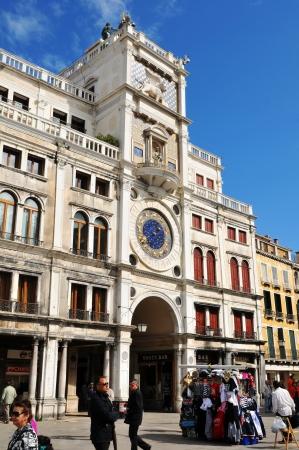 st  mark s: Venezia, Italia - 6 MAGGIO 2012: I turisti che visitano Torre dell'Orologio del St Mark s (Torre dell Orologio) in Piazza di San Marco