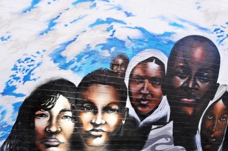 racismo: Nottingham, Reino Unido - 15 de julio de 2011: Cierre de graffiti urbano que representa a niños africanos en Nottingham, Reino Unido Editorial