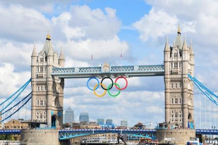 deportes olimpicos: Londres, Reino Unido - 05 de agosto 2012: El famoso Tower Bridge está decorada con los círculos olímpicos para celebrar la 30 ª Olimpiada organizada por Londres Editorial