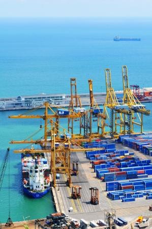 Barcellona, ??Spagna - 5 LUGLIO 2012: Veduta aerea del porto con i contenitori di carico in attesa di essere caricati