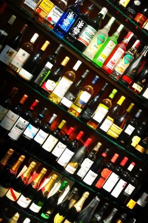 bebidas alcoh�licas: Barcelona, ??Espa�a - 08 julio de 2012: Diversas bebidas alcoh�licas para su venta en la tienda de ventana en La Rambla, la calle comercial m�s importante de Barcelona Editorial
