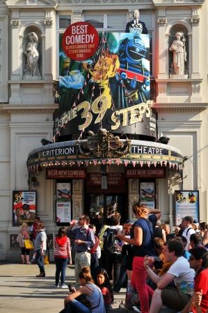 criterio: London, UK - Agosto 2013 spettatori coda davanti Criterion Theatre, celebre teatro comico a Londra