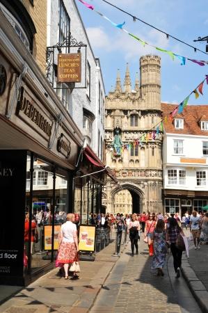canterbury: Canterbury, Royaume-Uni - 10 Ao�t 2012 - Les touristes � pied le long des rues m�di�vales pav�es de la vieille ville de Canterbury