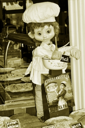 bread shop: Canterbury, UK - 10 Agosto 2012 - Annuncio Vintage in vetrina pane Editoriali