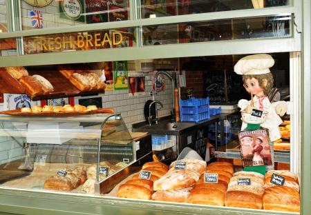 bread shop: Canterbury, Regno Unito - 10 agosto 2012 - Annuncio d'epoca in vetrina pane