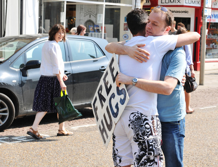 relaciones sexuales: CAMBRIDGE, Reino Unido - 25 de abril de 2011: Free Hugs campaña en la calle de Cambridge