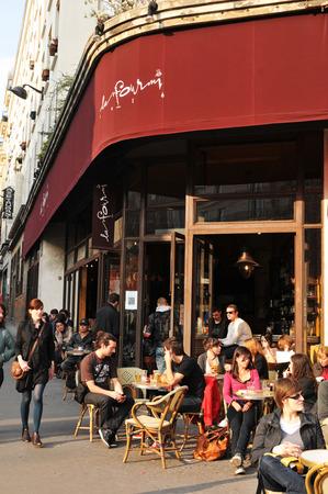 brasserie restaurant: PARIS, FRANCE - 30 mars 2011: brasserie fran�aise dans le c�l�bre quartier de Champs-Elys�es � Paris