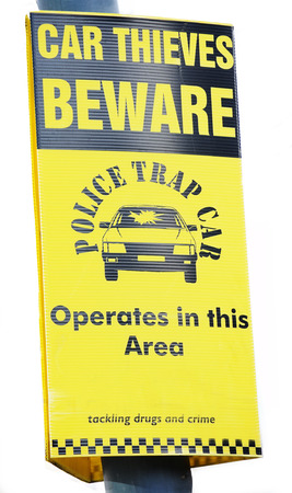 robo de autos: Cuidado con los ladrones de coches de policía señal de advertencia de color amarillo sobre fondo blanco
