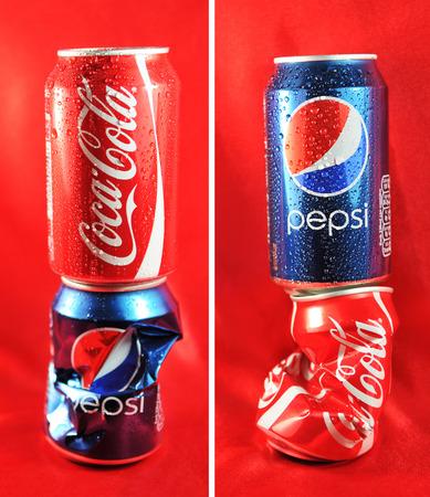 LONDRES, Reino Unido - 27 de febrero 2011: Coca Cola vs Pepsi concepto competencia con latas contra el fondo rojo (editorial ilustrativa)