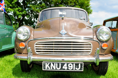 coche antiguo: NOTTINGHAM, UK. JUNE 1, 2014: Morris retro car displayed at the vintage car fair in Nottingham, England. Editorial