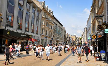 personas en la calle: OXFORD, Reino Unido - 09 de julio 2014: Los turistas en el centro de la ciudad de Oxford, Oxfordshire - Inglaterra Editorial