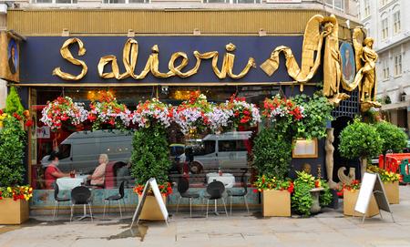 restaurante italiano: LONDRES, Reino Unido. 09 de julio 2014: Fachada del pub restaurante Salieri italiana en Covent Garden, Londres