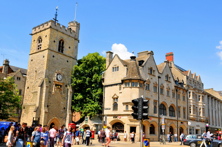 burg: OXFORD, UK - JULY 9, 2014: Tourists visit the city centre of Oxford, Oxfordshire - England Editorial
