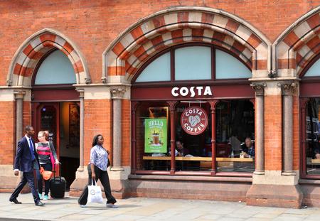 restaurante italiano: LONDRES, Reino Unido. 09 de julio 2014: Entrada a una cafetería Costa en el centro de Londres.