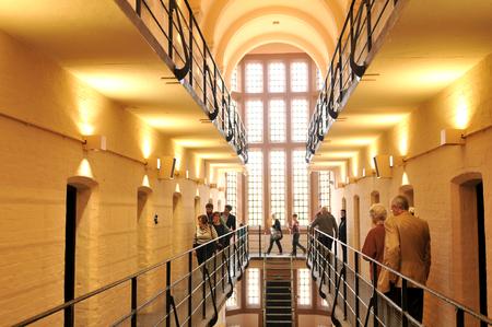 prison: Lincoln, Reino Unido - 9 de abril de 2015: Visita de turistas prisi�n medieval dentro del Castillo de Lincoln