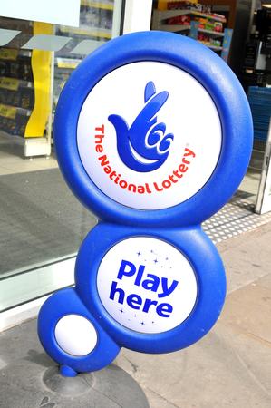 loteria: Nottingham, Reino Unido - 01 de abril, 2015: Cierre de se�al azul de la loter�a nacional frente a la tienda que muestra su logotipo dedos cruzados.