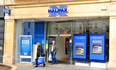 banco dinero: Nottingham, Reino Unido - 1 de abril, 2015: La gente salir del banco Halifax en Nottingham, Nottinghamshire