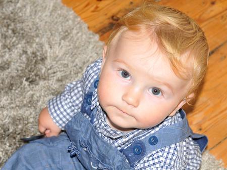 ojos azules: Retrato de un hermoso niño de ojos azules