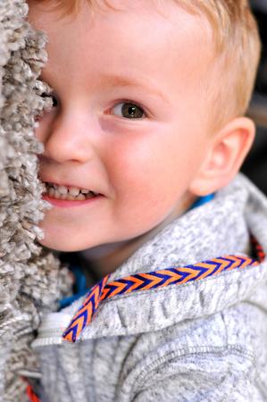 niños riendose: Retrato de un niño feliz