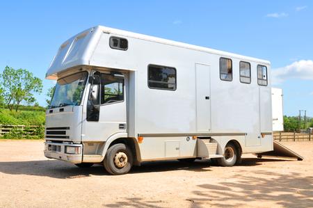 remolque: Vehículo para el transporte de caballos Foto de archivo