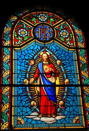 sacre coeur: FORT-DE-FRANCE, MARTINIQUE - 16 décembre 2014: Vitrail représentant Sacré-C?ur de Jésus dans l'église médiévale Éditoriale