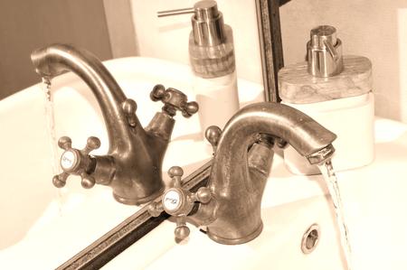 articulos de baño: Cierre de grifo y artículos de tocador de la vendimia Foto de archivo