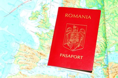logo voyage: Passeport roumain avec de la monnaie sur la carte de l'Europe